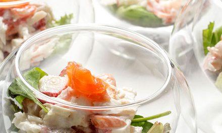 ensalada de merluza con un toque ahumado de salmón.